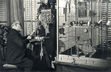 Matisse Henri : Photographie : Matisse sculptant dans son appartement