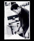 Mair Kurt dans son atelier