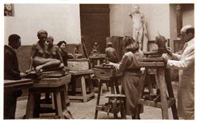 F. Pacanowska, �tudiante dans un atelier de sculpture